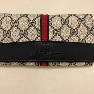 Säljer en fin vintage Gucci plånbok som jag fick i present. Den är fejk! (Frakt +11kr) 👜