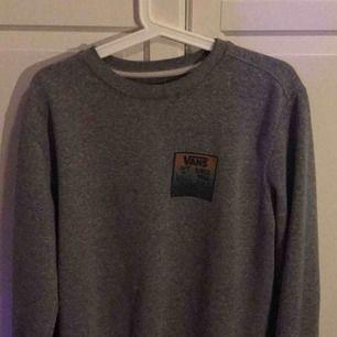 Fin VANS sweatshirt som jag fick i present. Använd mindre än 10 gånger men kommer aldrig till användning längre. Storlek S, TTS.  Möts upp i Skåne eller så betalar köparen för frakt.