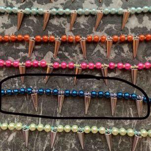 Ett jättecoolt halsband från lazzilei på instagram:) köptes för ett tag sen men har aldrig kommit till användning💜se bild två för hur det sitter på
