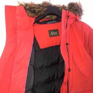 Röd varm vinterjacka från peak performance. Köpt för länge sen men endast använd 2 vintrar ungefär. Sparsamt använd och i mycket fint skick. Storlek S men passar även XS och M🥰🥰🥰