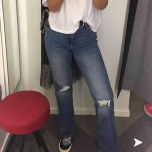 super snygga blåa högmidjade jeans i storlek 36, säljs pågrund av att dom inte kommer till andhämtning längre!!