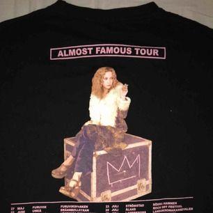 Almost Famous Tour t-shirt som jag aldrig har använt, stl S sitter som S på mig som är 160 cm lång.