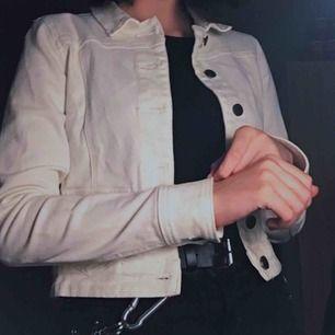säljer för att den inte riktigt är min stil och har knappt använt den, men väldigt nice jeansjacka! wow! 60kr frakt tillkommer :)