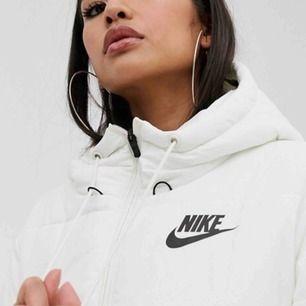 Super snygg vadderad jacka från Nike! 😍 Storlek S, köptes i November, och sparsamt använd. Jackan har inga fel. Nypris 1200kr. ✨