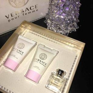 Chanel parfym No 5 och Versace badrumskit (parfym, shower gel, body lotion) Båda två är nya i förpackningen (plast endast borttagen och öppnade för att ta bilder) oanvända och självklart äkta. Chanel 199 kr Versace 250. Frakt 20 kr eller mötas upp.