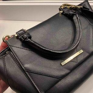 Fett snygg väska från Steve Madden Inga direkt repor/fläckar eller liknande   Nypris var runt 900kr, pris kan diskuteras vid snabb affär ☀️☀️