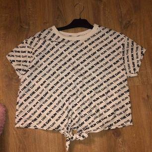 Super snygg kort tröja ❤️ Aldrig använd!!  Kan portad men du står för frakten    Frakt 79kr  Frakt + tröjan = 119kr  vilket är BILLIGT!!! ❤️ 🤍 skickar post bevis 🤍