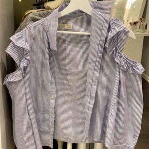 En skjorta från zara utomlans som är som ny.. använd några gånger men annars i super skick.