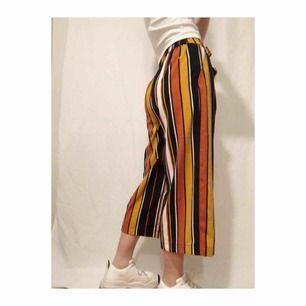 Fina randiga byxor från Zara!! bra kvalitet och skönt material. Snörning i midjan🌞🌞🌞