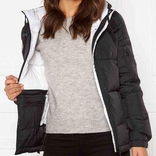 Säljer en likadan jacka som denna i storleken M. Svart utanpå och vit inuti, använd under en vinter ungefär  400 inkl frakt