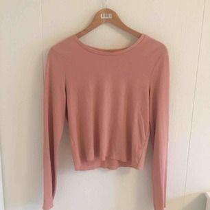 Säljer denna rosa ribbade tröjan, fick av en kompis men jag har aldrig använt den 🤩 jätteskönt material 😻 från H&M tror jag, frakt tillkommer på 36kr