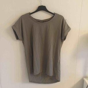 Säljer denna mocka-gröna t-shirt från Vila 😻 snålt använd så i mycket fint skick 🤗 storlek xs men stor i storleken så passar S o kanske M 😻