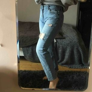 Snygga mom jeans från Junkyard i strl S med slitningar. 100 kr + frakt. Kan mötas upp i Trollhättan och Göteborg. Priset kan förhandlas. Nypris: 500 kr