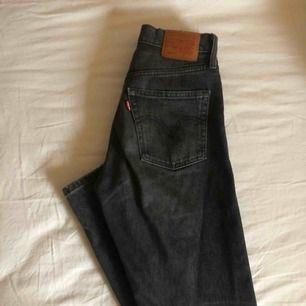 Säljer dessa favoriter, raka Levi's 501 i en svart/grå färg. Jag har lagat jeansen på insidan låret lite klumpigt, men det är inget som syns när man har på sig dem. Priset är exlusive frakt men går att diskuteras.
