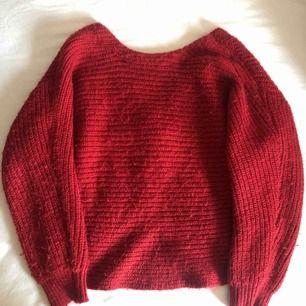 """Snygg röd stickad tröja från Mango i strl XS. Fin i ryggen med en """"knytning"""". Priset är exlusive frakt men kan diskuteras."""