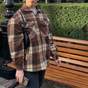 Säljer denna helt nya jacka som endast är använt på bilden