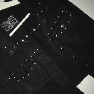 """Fin svart jeans jacka som är lite större med """"nitar"""" som är en mycket fin detalj, fin att ha hoodie eller liknande under, säljes då den inte används o bara tar plats. Frakt ingår 🌺❤️"""