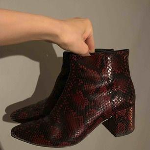 Super snygga Ormskinn bootsen i vinröda från &Other Stories, stol 38, bra skick, använde några gånger, äkta läder, nu 270 kr