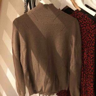 En jättefin brunaktig JÄTTESKÖN tröja från VeroModa🥰