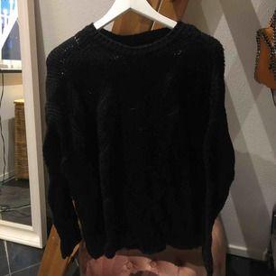 En lite oversized stickad tröja i superskick, använd Max 4 ggr!⚡️⚡️