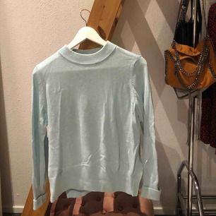 En ljusblå nästintill helt oanvänd tröja från HM