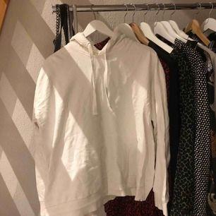 En vit hoodie i storlek L men är mer som en M i storleken😋⚡️✌🏼🥰