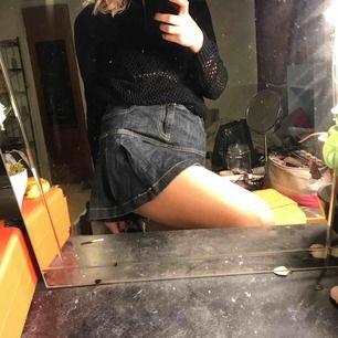 Unik jeanskjol köpt i Berlin! Storleken säger 34 men är lite stor i midjan på mig så skulle säga en 38. ❤️