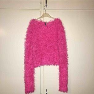⁺˚*・ ☾ SELLING ☾ ・*˚⁺‧͙ ━━━━━━━━ ➵ ❥ fluffig jätte fin rosa magtröja/crop top från h&m ➵ ❥ storlek S-M, oanvänd ➵ ❥ kan fraktas då köparen står frakten 🦄 ~ se gärna mina andra annonser!