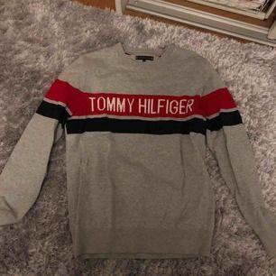 Säljer min fina Tommy hilfigher tröja pga att den blivit lite liten för mig, så den kommer inte riktigt till använd :( väldigt bra skick! Köpare betalar frakt ❤️