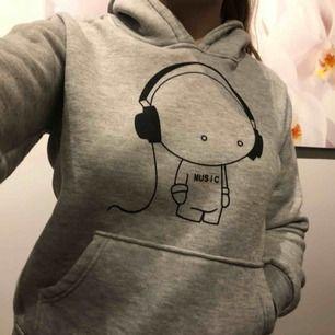 Varm hoodie, som är lite oversized. Perfekt nu till vintern!☃️ Skickar gärna fler bilder! Frakt betalar man själv, vid köp av minst två varor betalar man halva eller får gratis frakt💕