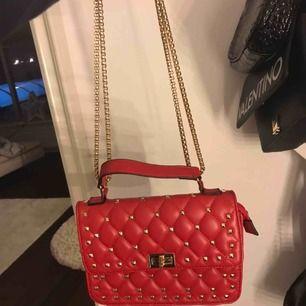 Knappt använd, finns även ett till band man kan byta till! Valentino liknande väska