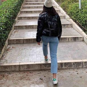 HELT nya straight leg byxor med hög midja. Exakt likadana jeans som i första bilden fast annan färg.🌟Har alldeles för många jeans så tyvärr får dessa åka ut😢