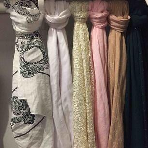 Har flera olika tunna halsdukar/ sjal i färger  (bästa kvalite av tyg )  LV =säljes ej
