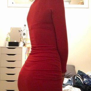 otroligt snygg röd klänning, sitter tajt och framhäver former! ❤️