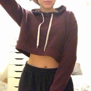 vinröd croppad hoodie, färgen syns bättre på andra bilden :D väldigt mjuk på insidan och har en luva!