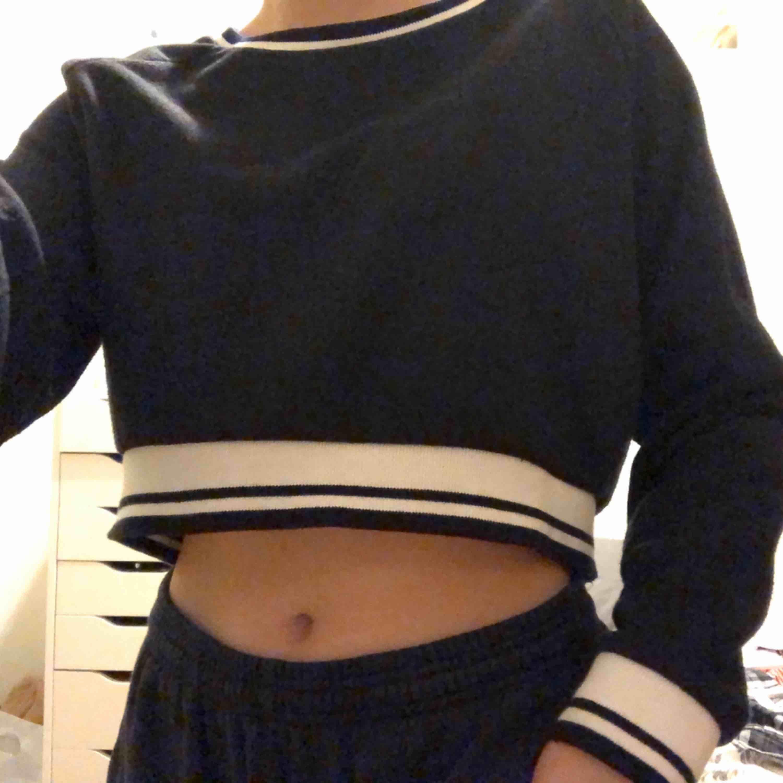svart croppad sweatshirt med vita detaljer, super mjuk på insidan! 😊. Tröjor & Koftor.
