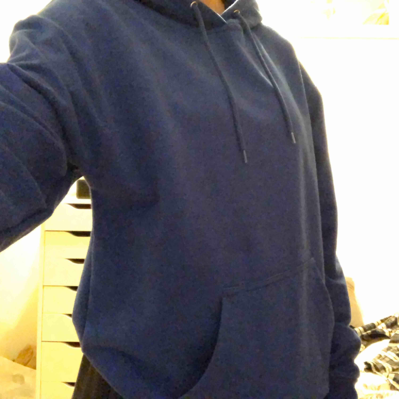 jätte mysig blå hoodie från carlings, färgen ser man bäst på andra bilden! . Tröjor & Koftor.