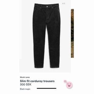 """""""Slim fit corduroy trousers"""" från Monki i färgen """"black magic"""" strl 36 (passar en S) säljer pga lite för stora för mig! Byxorna är i nyskick🥰 ❗️frakt tillkommer❗️"""