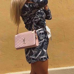 Säljer min snygga ysl väska i fin rosa färg. Frakt på 90 kr tillkommer