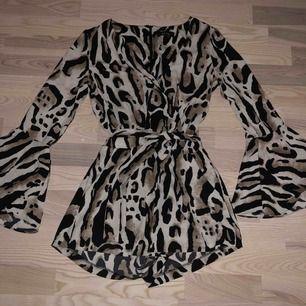 Supersnygg dress från river island med as snyggt leopard mönster! Använd ett få tal gånger då leopard inte riktigt var min grej. Plagget är i ny skick och är i storlek s men jag har xs och den sitter perfekt!