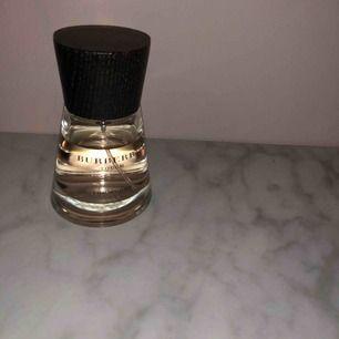 En burberry parfym som luktar otroligt gott! Har så mycket parfymer så säljer denna.