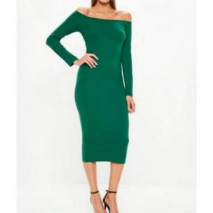 Färg: grön.  Strl: UK: 4 = XS.   Snygg klänning från Missguided. Slimmad tight modell med stretch. Off-shoulder modell.  OBS - HELT NY med Tags kvar i förpackning. Fraktkostnad tillkommer, betalning via swish.