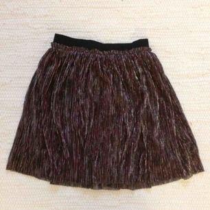 Glittrig lila kjol från H&M. Är egentligen barnstorlek men passar XS. Frakt ingår