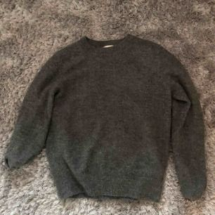 Grå stickad tröja från HM i superbra skick. Säljer pga den är lite för liten för mig, så den kommer inte till användning.