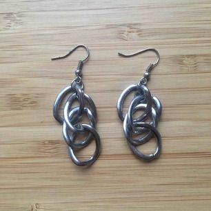 Silverfärgade örhängen. Aldrig använda. Frakt 9kr, köpare betalar. Rengör innan jag skickar!