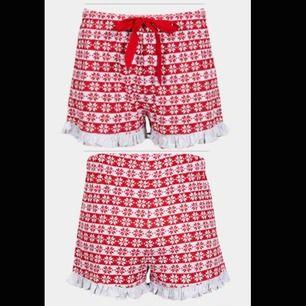 """Super mysiga """"jul"""" shorts. 🥰 Super mysigt material. Inte använt en ända gång pris lappen sitter kvar. Säljer dom för beställde fel storlek, frakt ingår i priset"""