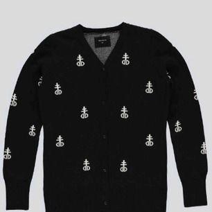 Säljer min DROPDEAD blashphemy sweater som inte säljs längre. 🖤 Frakten tillkommer 🖤
