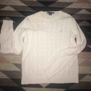 Säljer en jätte fin kabelstickad Ralph Lauren tröja i storlek XL, vit/lite gräddvit i färgen och ljusblått märke. Passar till mycket! Använd endast ett fåtal gånger på grund av att jag fick den i fel storlek. Tveka inte att höra av dig