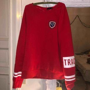 """sweatshirt med texten """"keep track"""" på ärmarna❤️ Storlek L, men passar nog mindre storlekar beroende på hur oversize man vill ha den! Köparen står för frakten"""