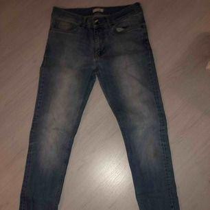 En par jeans som är i bra skick.